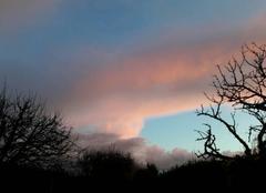 Nuages Saintes 17100 Ciel bleu et rose avant le  coucher du soleil
