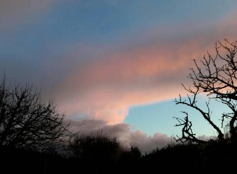 Ciel bleu et rose avant le  coucher du soleil