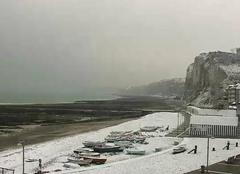 Neige Yport 76111 Les barques et les galets sous la neige