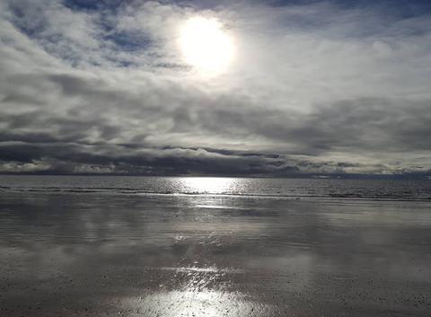 Un ciel chargé reflétant sur la mer