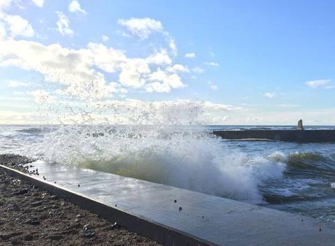 Les vagues se mêlent aux nuages