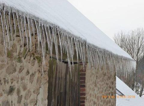 glaçons suspendus au toit de la grange