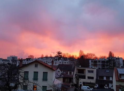 Le jour se lève le ciel est flamboyant