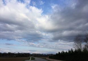 Ciel Mours-Saint-Eusebe 26540 Route des Alpes sous de gros nuages de coton
