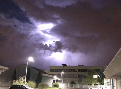Éclair dans les nuages