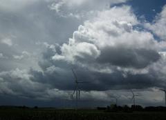 Nuages Saint-Varent 79330 Ciel chargé sur les éoliennes