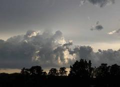 Nuages Castelnau-de-Montmiral 81140 L?orage arrive à Saint-Martial