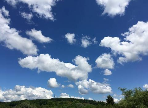 Joli ciel moucheté de nuages
