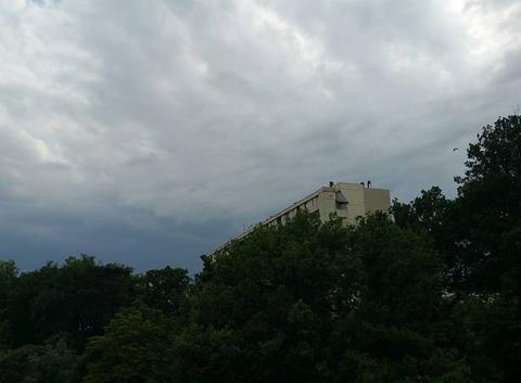 Un peu nuageux.