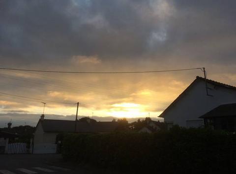 Belle lumière au coucher après une journée grise