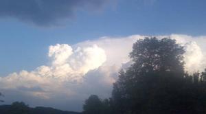 Nuages Beaune-sur-Arzon 43500 Avalanche ...de nuages mais le ciel bleu reste en toile de fond