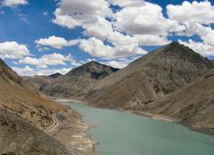 Nuages Lhassa Cumulus sur les montagnes du Tibet