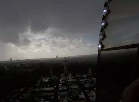 Bloqu� � 55 m�tres du sol dans un man�ges sous une averse orageuse avec : rafales de vent glaciale; pluie et gr�le !