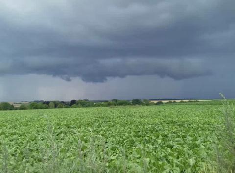Arrivée de l'orage sur Forceville dans la Somme !