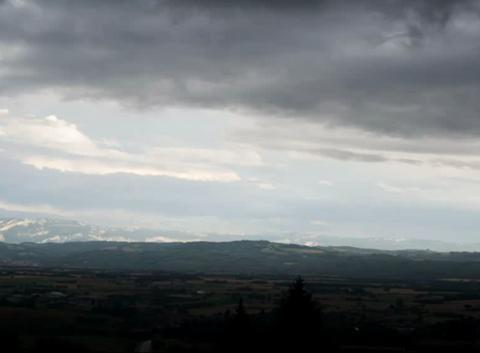 Arrivée de l'orage, grêle, arc en ciel sur le pays de Bièvre
